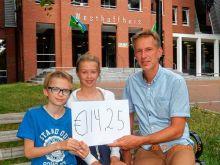 Cheque filmclub Westhoffhuis voor Stichting Tjernobyl kinderen Lunteren